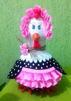 Linda galinha em cabaça(porongo) e biscuit, feita artesanalmente, com opção de cores para avental,touca e flores do pescoço. Podendo ter um pouco de variação no formato e tamanho.Artesanato feito com amor e carinho para você. Tenha sua peça exclusiva.As medidas são aproximadas