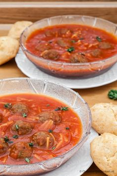 Snelle tomatensoep - Een simpele maar stevige, goed gevulde tomatensoep. Perfect voor op een luie zaterdag of als snelle doordeweekse hap. Soup And Salad, Thai Red Curry, Soup Recipes, Slow Cooker, Salads, Food And Drink, Dinner, Cooking, Healthy
