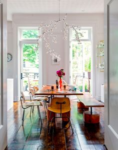 In the dining room, the chandelier by Tord Boontje is the perfect accent piece.
