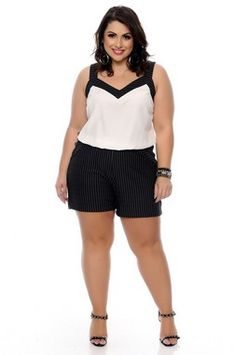 Macaquinho Plus Size Simona Curvy Girl Outfits, Cute Casual Outfits, Plus Size Summer Outfit, Plus Size Outfits, Curvy Women Fashion, Plus Size Fashion, Plus Size Pencil Skirt, Dressy Shorts, Modelos Plus Size