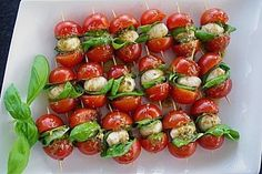 Brochetas de tomate y mozzarella - Fingerfood Rezepte - Recetas Party Finger Foods, Snacks Für Party, Cold Finger Foods, Tomato Mozzarella Skewers, Tapas, Healthy Snacks, Healthy Recipes, Snacks Recipes, Dessert Recipes
