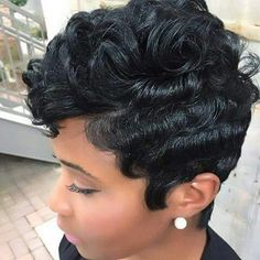 The pixie cut is the new trendy haircut! Put on the front of the stage thanks to Pixie Geldof (hence the name of this cup!), Many are now women who wear this short haircut. Short Hairstyles For Women, Wig Hairstyles, Black Hairstyles, Short Haircuts, Hairstyle Ideas, Hairstyles 2018, Hairdos, Short Curly Wigs, Short Pixie