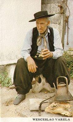 Wenceslao Varela Cabrera (San José de Mayo, Uruguay 1908-1997): poeta y narrador gauchesco de Uruguay.