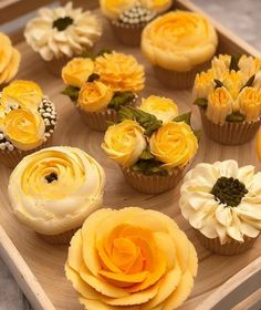 A clean kitchen is important to the safety of your whole house Check out our guide for 15 most brilliant kitchen cleaning hacks of all time. Loved these flower cupcakes . Cupcakes Design, Cake Designs, Cake Decorating Techniques, Cake Decorating Tips, Cookie Decorating, Pretty Cakes, Beautiful Cakes, Amazing Cakes, Yellow Cupcakes