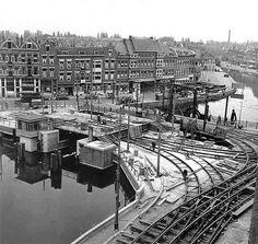 De Zaagmolenbrug was oorspronkelijk een ijzeren ophaalbrug, die in 1895 was gebouwd en tot 1910 ter hoogte van het Noordplein en de Crooswijksesingel over de Rotte lag. Daarna werd ze verplaatst naar de Zaagmolendrift en de Crooswijksestraat. Ze ontving toen de naam Zaagmolenbrug. In 1956 werd ze vervangen door de huidige brug die hier in aanbouw is en ontving ze de naam Zaagmolenbrug.