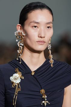 Mar 2020 - The complete Schiaparelli Spring 2020 Couture fashion show now on Vogue Runway. Style Couture, Couture Fashion, Vogue Paris, Fashion 2020, Fashion Show, Fashion Fashion, Fashion Brands, Fashion Weeks, High Fashion