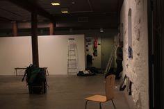 Komugi Ando taidenäyttely Galleria Pihatto, Lappeenranta, 2014. ripustukset meneillään