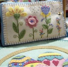 Felt flowers and embroidery pillow. Wool Embroidery, Art Textile, Felt Flower Pillow, Felt Pillow, Applique Pillows, Wool Applique Patterns, Felt Applique, Flower Applique, Penny Rugs