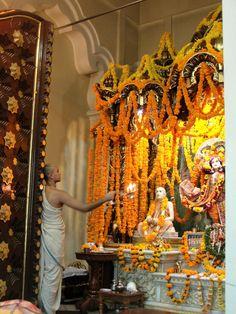 #magiaswiat #podróż #zwiedzanie #vrindavan #blog #azja #zabytki #swiatynia #indie #miasto #aszram #ganges #iscon #krishna Krishna, Indie, Fair Grounds, Chandelier, Ceiling Lights, Blog, Home Decor, Candelabra, Decoration Home