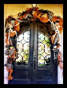 23 Clever DIY Christmas Decoration Ideas By Crafty Panda Spooky Halloween, Halloween Veranda, Halloween Door Wreaths, Halloween Front Doors, Halloween Door Decorations, Halloween Porch, Halloween Home Decor, Outdoor Halloween, Holidays Halloween