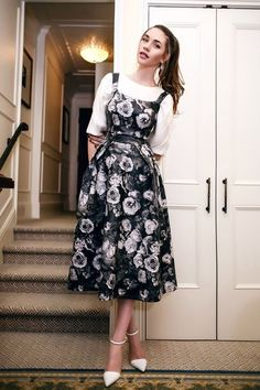 35 Casual Floral Dress Outfit Ideas That You'll Love Modest Wedding Dresses, Stylish Dresses, Cute Dresses, Casual Dresses, Cute Casual Outfits, Summer Outfits, Dresses With Sleeves, Look Vintage, Vintage Stil