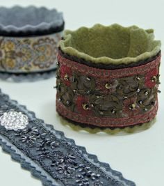 Diy Jewelry : Creative Cuff bracelets – really quick! -Read More – Jewelry Crafts, Jewelry Art, Beaded Jewelry, Jewellery, Textile Jewelry, Fabric Jewelry, Fabric Bracelets, Cuff Bracelets, Felt Bracelet