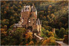 At that time she graced the 500-DM bill, the famous Etz Castle pattern near the River Mosel, which was never destroyed and the building was extended again and again - to see here in the soft autumn light. Damals zierte sie den 500-DM-Schein, die berühmte Burg Eltz nahe der Mosel, die niemals zerstört wurde und dessen Bau immer wieder erweitert wurde - hier zu sehen im sanften Herbstlicht [Wierschem, Rheinland-Pfalz]