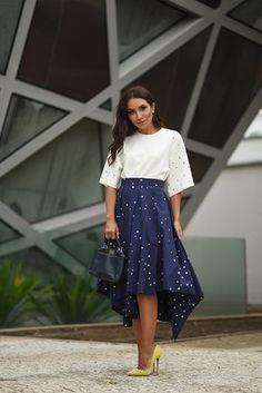 Look casual Lalá Noleto com blusa de mangas largas branca com saia de princesa azul marinho de bolinhas e salto amarelo
