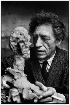 Alberto Giacometti 1901-1966 italsky mluvící Švýcarsko.Alberto navštěvoval výtvarnou školu vŽenevě V roce 1922 se kvůli studiu přestěhoval do Paříže. Tam experimentoval s kubismem a surrealismem a stal se jedním předním surrealistickým sochařem. Mezi jeho spolupracovníky patřili J.Miró, M.Ernst, P.Picasso  foto henri cartier-bresson