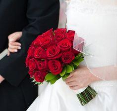 Ramo de novia color rojo combinado con un toque de verde.