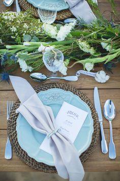 beach wedding table setting - photo by Bubblerock