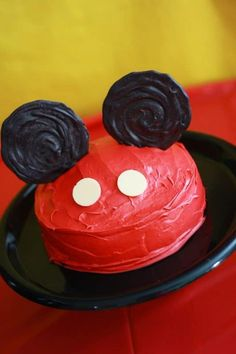 Delicious and adorable Minnie and Mickey Mouse food ideas! Mickey & Minnie Treats and Desserts. If you are throwing a Mickey Mouse party or decorating for a Minnie Mouse birthday bash Pastel Mickey Mouse Niño, Bolo Do Mickey Mouse, Mickey Mouse Smash Cakes, Mickey Mouse Clubhouse Birthday Party, Mickey Cakes, Mickey Y Minnie, Mickey Birthday, Mickey Party, Minnie Mouse