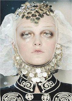 Galliano vs Margiela: a visual history - Dior Makeup - Ideas of Dior Makeup - Frosted Russian princess Vlada Roslyakova at John Galliano Fall 2009 More John Galliano, Galliano Dior, Make Up Looks, Foto Fashion, Fashion Beauty, Fashion 2018, Makeup Art, Hair Makeup, Makeup Ideas