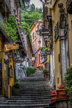 Juwel in der Seemitte des Comersee, kleines Dorf, viele Treppen.. Bellagio    Read < 1Min    Bellagio liegt auf einer grünen Halbinsel zwischen den beiden Seearmen Lecco und Como. Das bildhübsche Städtchen ist Hauptanziehungspunkt am Comer See. Hier ein paar Impressionen ohne viel Sonne.   #Bellagio Comer See, Digital Designer, Island, Couple, Stairways, Photo Illustration, Sun
