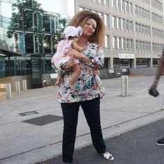 C?est dans les réseaux sociaux que l?on a eu hier, les nouvelles de la Première dame du Cameroun. Trois photographies montrent en effet Chantal Biya en promenade dans une ville eur Chantal Biya, Blouse, Lady, Tops, Women, Style, Fashion, First Ladies, Calm