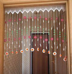 Resultado de imagem para cortinas em croche para colocar entre a cozinha e o corredor do quarto Crochet Garland, Crochet Curtains, Beaded Curtains, Crochet Doilies, Cute Curtains, Rag Curtains, Crochet Home Decor, Curtain Patterns, Crochet Videos