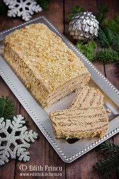 Pie with walnuts and walnuts - cake with whites, sugar and walnut and delicious cream of butter, yolks and noodles. Romanian Desserts, Romanian Food, Sweet Recipes, Cake Recipes, Dessert Recipes, Delicious Desserts, Yummy Food, Just Cakes, Sweet Tarts