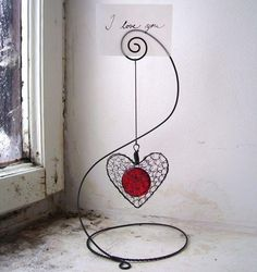 Wire wrapped photo holder with dangle.no directions - website is in Czech Wire Crafts, Metal Crafts, Jewelry Crafts, Diy And Crafts, Arts And Crafts, Jewelry Ideas, Craft Tutorials, Craft Projects, Craft Ideas