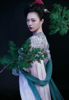 traditional Chinese hand in tang dynasty 小松未盈尺,心爱手自移。 苍然涧底色,云湿烟霏霏。