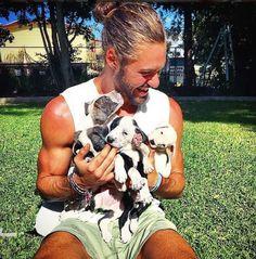 Instagram : Des mecs canons et leurs chiens nous font craquer