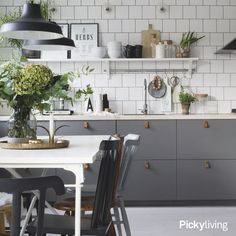By highlighting natural light, clean lines and painted wood, the Scandinavian kitchen is the perfect display of a contemporary kitchen. Ikea Kitchen, Kitchen Dining, Kitchen Decor, Kitchen Ideas, Dining Rooms, Scandinavian Kitchen Furniture, Scandinavian Style, Cocina Diy, Beautiful Kitchen Designs