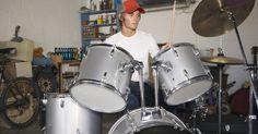 ¿Qué parches de batería son mejores para lograr un sonido grave?. Al igual que con muchos instrumentos musicales, hay una gran variedad de sutiles diferencias entre los parches de batería que los hacen mejores o peores para diferentes estilos de música. Los bateristas de reggae prefieren que los tambores resuenen, mientas que los de jazz buscan un golpe seco y sólido. Los bateristas de metal y rock pesado ...