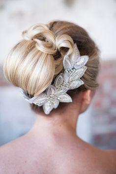 acconciatura raccolta originale per la sposa con accessorio prezioso - http://www.matrimonio.it/cerca/parrucchieri_e_bellezza/