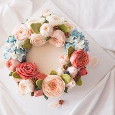 summer lewis flower cake. . . . #플라워케이크 #버터크림 #버터크림케이크 #버터크림플라워케이크 #꽃케이크 #플라워케이크클래스 #홈베이킹 #베이킹 #루이스케이크 #꽃 #케익스타그램 #베이킹 #케이크 #꽃스타그램 #먹스타그램 #디져트 #flowercake #buttercreamcake #flowers #cake #koreanbuttercream #baking #spesialcake #wedding #wilton #icing #vscocam #dessert #rose