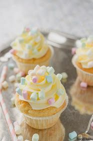 vaahtokarkki-vanilja -kuppikakut Mini Cupcakes, Birthday Parties, Food And Drink, Baking, Party, Desserts, Drinks, Kitchen, Anniversary Parties