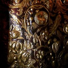 Relief carved and gilded leather walls from the 17th century at Rosenborg Castle. 🇩🇰❤️⚔️#rosenborgcastle #leather #leatherwall #carvedleather #gilded #giltleather #interiordesign #walltreatment #kobenhavn #copenhagen #denmark #danmark #17thcentury