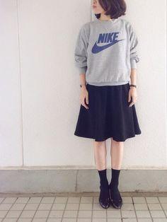 ナイキヴィンテージトレーナーに合わせたミドル丈スカートでカジュアルに。足元は少し甘めのパンプスで女性らしさが出てかわいいですね。