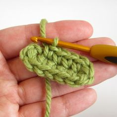 TUTORIAL - Starting an Oval Piece with a Chain ( for legs and shoes amigurumi) -also Right-handed and left-handed ----Videotutorial --- ✿Teresa Restegui http://www.pinterest.com/teretegui/✿