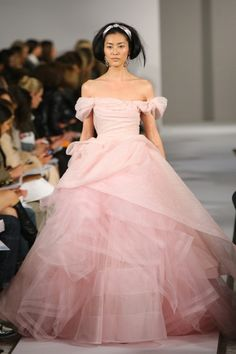 oscar de la renta  Reminds me of Gwyneth Paltrow Oscar  Perfect an ingenue...