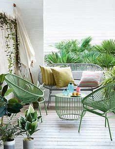 Acapulco Chairs for Minimalist Balcony Decoration - Unique Balcony Garden Decoration and Easy DIY Ideas Outdoor Spaces, Outdoor Chairs, Outdoor Living, Patio Furniture Sets, Garden Furniture, Furniture Design, Acapulco Chair, Balcony Design, Balcony Garden