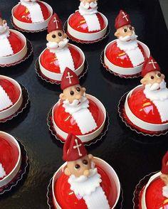 Sinterklaas is in het land en bij Manus dus ook ! #sinterklaas#pastry#vanille#roodfruit#biscuit#marsepein#glaze#ganache