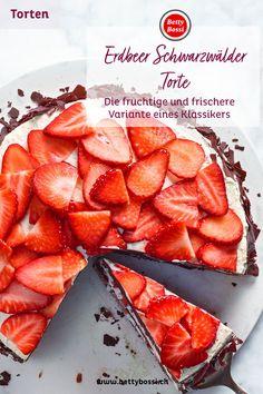 Schwarzwälder Torte ist so beliebt, aber hast du diesen Klassiker schon mal mit Erdbeeren ausprobiert? Super lecker, frisch und mega einfach! Camembert Cheese, Dairy, Super, Food, Bride, Costume Dress, Strawberries, Backen, Cacao Powder