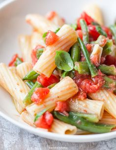 Makaron z zieloną fasolką szparagową i świeżymi pomidorami