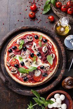 Pizza Calabresa   Com cerca de 5 mil pizzarias espalhadas de norte a sul da cidade, São Paulo é o segundo lugar no mundo com maior consumo da massa de origem italiana - perde apenas para Nova York! Marguerita, mussarela, calabresa e quatro queijos estão entre os sabores mais pedidos.   receita: http://www.tudogostoso.com.br/receita/73643-pizza-de-calabresa.html