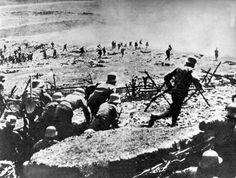 1915 müssen Eferdinger nicht nur an die Ostfront in Galizien (heute Ukraine und Polen) sondern nach der Kriegserklärung Italiens auch an die Südfront, vor allem an den Isonzo. 33 Gefallene aus der Stadt werden Ende 1915 verzeichnet. Mehr: http://www.nachrichten.at/nachrichten/politik/erster-weltkrieg/Nach-dem-Jubel-kamen-Not-und-Tod;art155459,1606951 (Bild: dpa/apa)