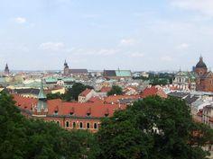 http://ow.ly/nrero #Polonia #Cracovia ofrece un contraste muy marcado con el resto del país. La densidad de turistas por sus calles principales ha generado un amplio abanico de hoteles, hostales baratos, restaurantes y bares para todos los gustos. Sorprende llegar a Cracovia procedente de lugares menos turísticos como #Poznan donde tanto cuesta encontrar un hostal.