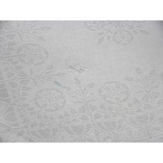 Wit servet (a) en vingerdoekje (b) 'Duinroosje' met het bloemetje van bovenaf gezien als vlakornament, zonder schaduwsug...