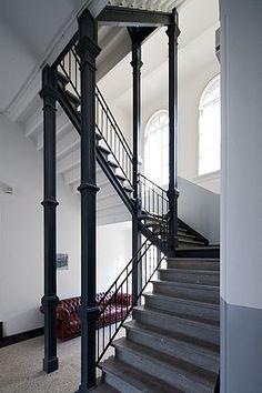 Restauratie en uitbreiding van voormalige monumentale eind 19e eeuwse brandweerkazerne tot atelier-, kantoor- en woonruimten.