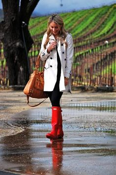 rainy day outfit//white trench coat and red rain boots. Red Hunter Boots, Red Rain Boots, Hunter Wellies, Hunter Green, Fashion Nail Art, Look Fashion, Womens Fashion, Rain Fashion, Fashion Clothes