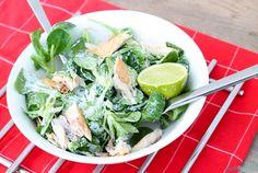 Gezond recept voor een salade met veldsla, gerookte makreelfilet en yoghurtdressing. Heerlijk als koolhydraatarme lunch of lichte avondmaaltijd.